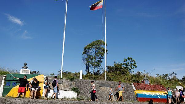 Miles de venezolanos abandonan su país