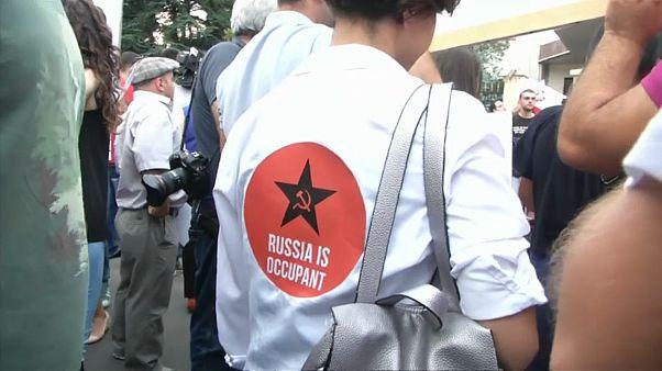 Georgien wirft Russland Besetzung vor - Proteste in Tiflis