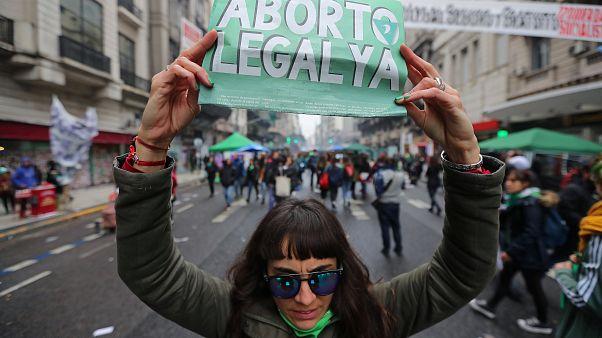 Argentiniens Parlament stimmt über die Legalisierung von Abtreibungen ab