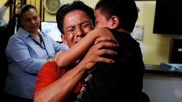 أب من غواتيمالا يعانق ابنه بعد أن تم فصلهمها على الحدود الأمريكية - رويترز.
