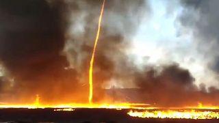 Vídeo: hipnótico tornado de fuego en el incendio de una fábrica británica