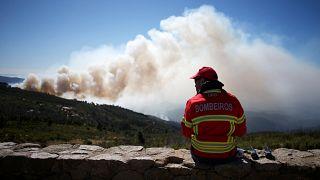 Ein Feuerwehrmann blickt in seiner Pause auf die Waldbrände bei Monchique.