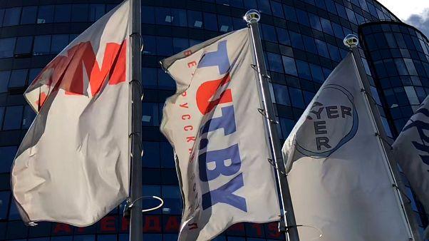 Флаг портала TUT.BY на входа в офис