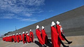 Arjantin'de protestocular 'The Handmaid's Tale' karakterleri gibi giyindi