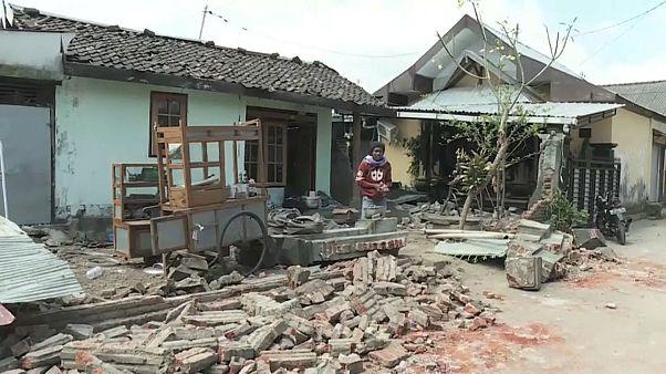 بيوت مدمرة نتيجة للزلزال