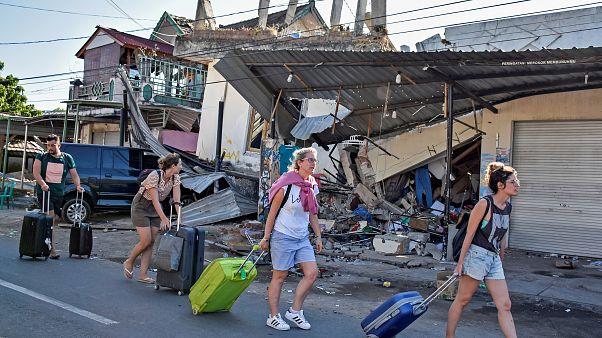 Több száz halottja van az indonéz földrengésnek