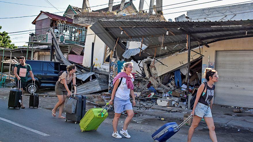 Endonezya'nın Lombok Adası yeni bir depremle sarsıldı