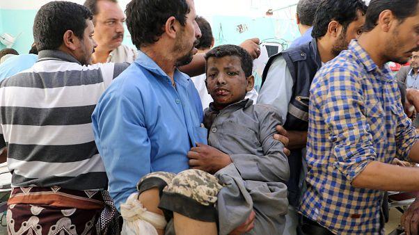Criança iemnita num hospital depois de ataque aéreo