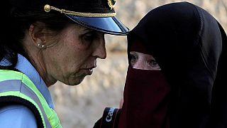 میلیونر الجزایری جریمه زنان را به دلیل پوشیدن برقع یا بیحجابی میپردازد