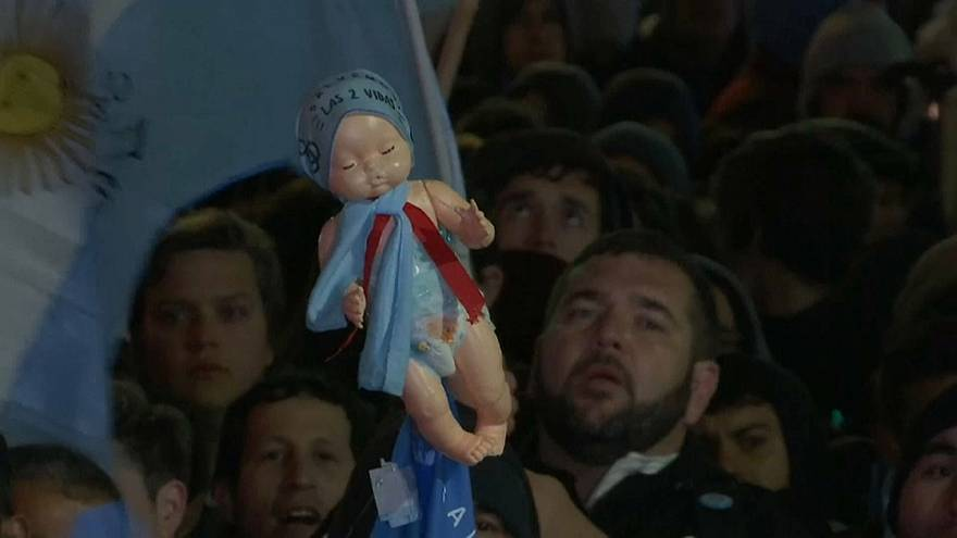 """""""Não"""" do Senado ao aborto legal na Argentina degenera em violência nas ruas"""