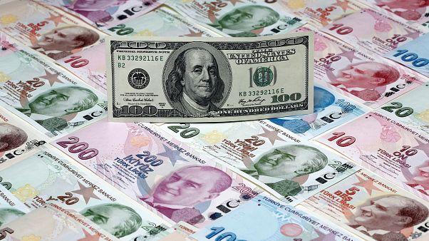 Montagem de cem dólares sobre notas turcas