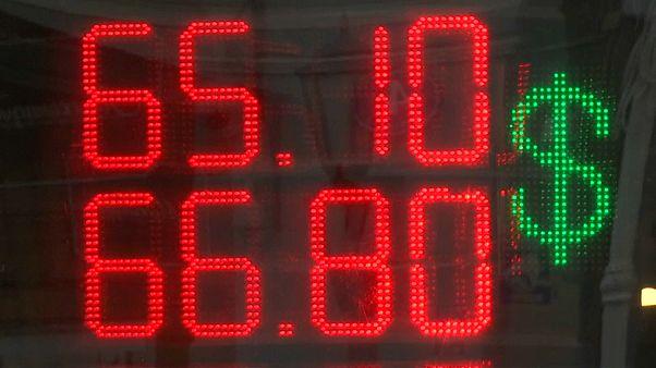 Рубль поклонился санкциям