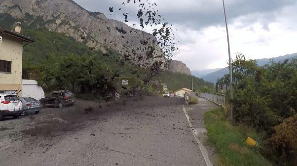 İsviçre'de çamur akıntısı ev ve araçlara zarar verdi