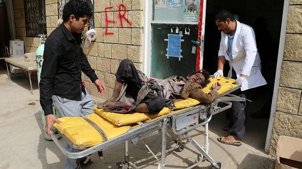 Ein Junge wird nach dem Luftangriff im Jemen behandelt