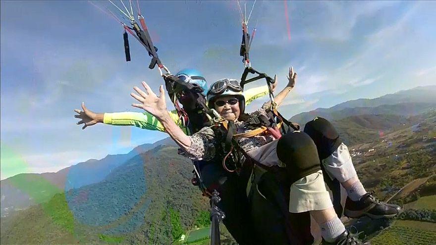 شاهد : أكبر عاشقة للطيران المظلي في تايوان تبلغ من العمر 93 عاما