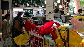 Vásárlók az IKEA első indiai boltjában
