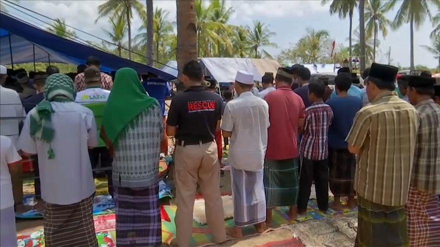 شاهد: إمام مسجد يواصل الصلاة رغم قوة الزلزال في إندونيسيا