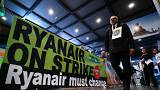 "Ein Banner: ""Ryanair on strike - Ryanair must change"""