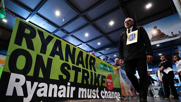 """Ein Banner: """"Ryanair on strike - Ryanair must change"""""""