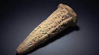 مخروط يحمل نقوشا سومرية - المتحف البريطاني
