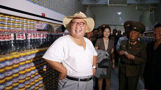 شاهد: كيم جونغ أون يتخلى عن بدلته الرسمية بسبب موجة الحر