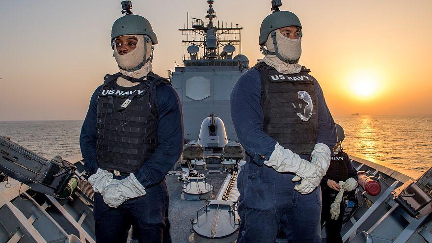 عنصرين من البحرية الأمريكية على سطح فرقاطة تعبر مضيق هرمز - رويترز