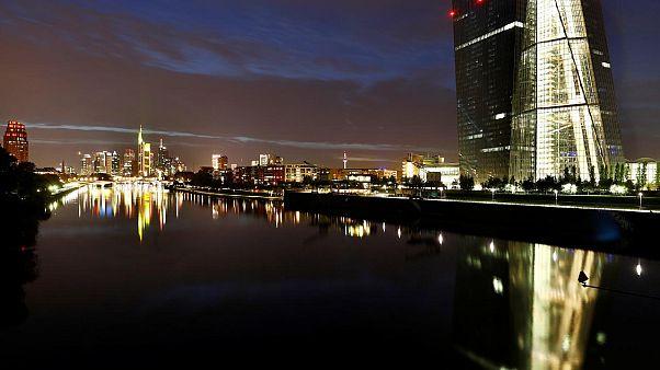 El euro cae a mínimos a causa de las tensiones globales
