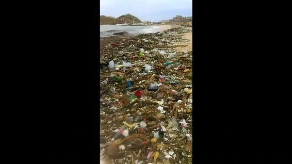 شاهد: أمواج من القمامة في المكسيك