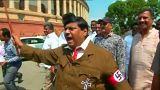 سياسي هندي يتظاهر مشبهاً رئيس الوزراء مودي بهتلر