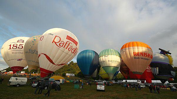 """El mal tiempo impide la ascensión de globos en la """"Bristol International Balloon Fiesta"""""""