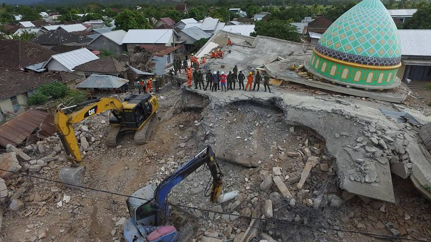 ارتفاع حصيلة قتلى زلزال إندونيسيا إلى أكثر من 320 قتيلاً
