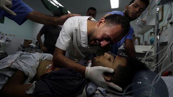 مقتل فلسطينيين أحدهما مسعف برصاص إسرائيلي خلال مظاهرة في قطاع غزة