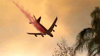 """Um avião despeja retardante de fogo no combate ao """"Holy Fire"""""""