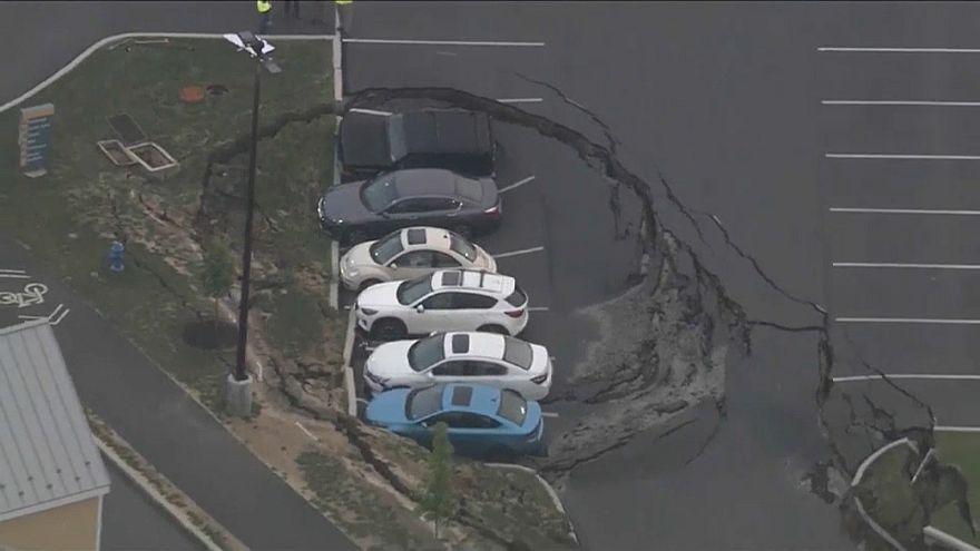 شاهد : حفرة تبتلع عدة سيارات في الولايات المتحدة