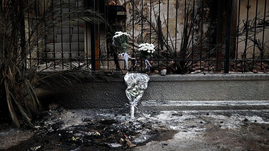 Virágok láthatók azon a helyen, ahol két összeégett holttestet találtak