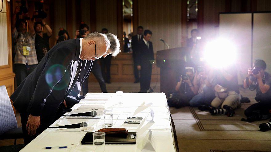 عذرخواهی تتسو یوکیوکا، یکی از مدیران دانشگاه پزشکی توکیو در نشست مطبوعاتی
