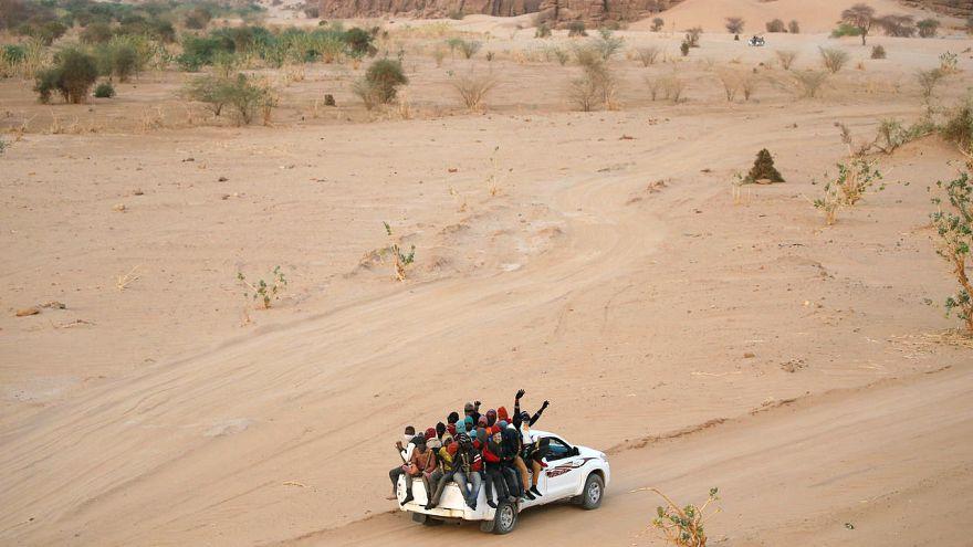Sahra Çölü'nde ölüme terk edilen 128 göçmen kurtarıldı