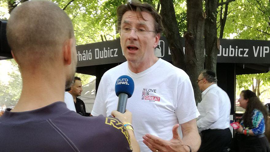 Iain Lindsay brit nagykövet interjút ad az euronews riporterének