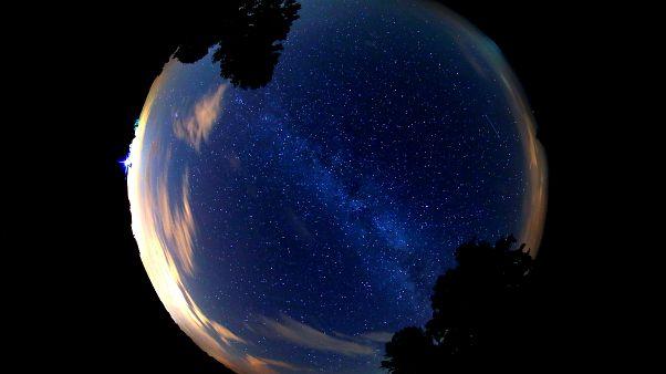 Gökyüzünde meteor yağmuru zamanı