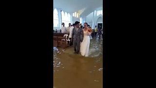 Filipinler: Sel suları içinde düğün töreni