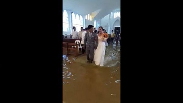 Aux Philippines, un mariage... les pieds dans l'eau