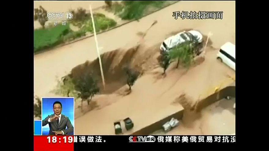 شاهد: عشرات الأشخاص ينقذون سيارة قبل أن تبتلعها حفرة