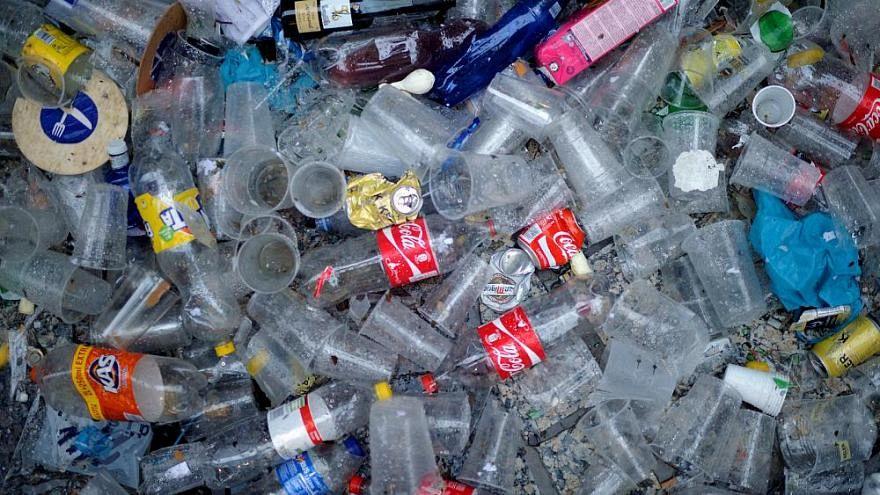 مليونيرة أمريكية تقضي وقتها في جمع الزجاجات الفارغة وتخصص أحد منازلها للنفايات!