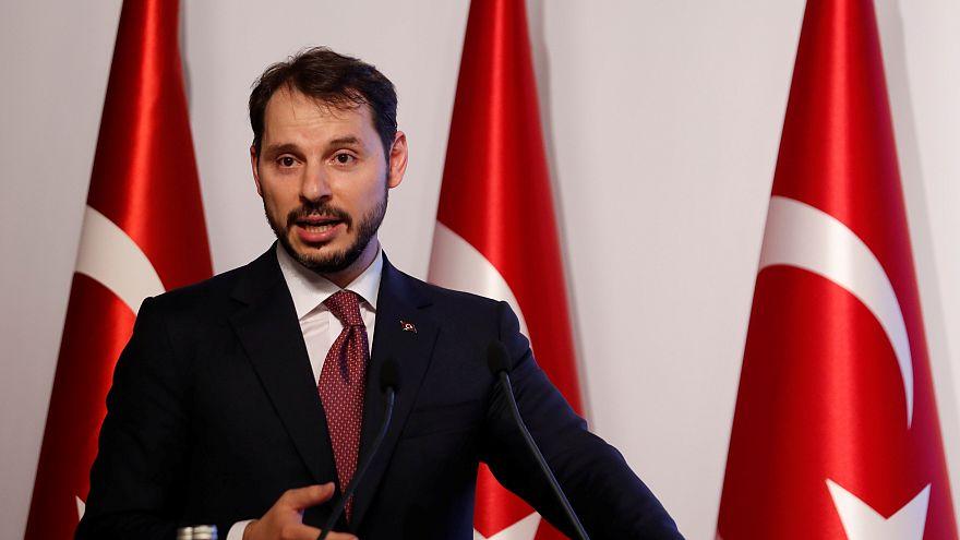 وزير المالية التركي يعلن الاثنين عن خطة شاملة لمواجهة أزمة الليرة