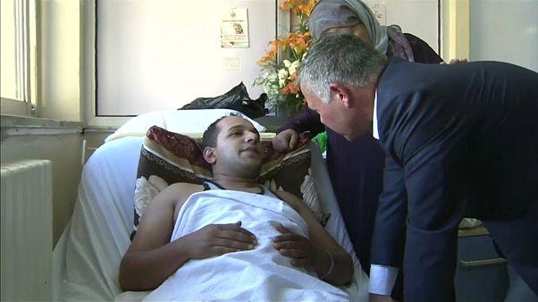 الملك عبدالله يطمئن على صحة أحد العسكريين المصابين