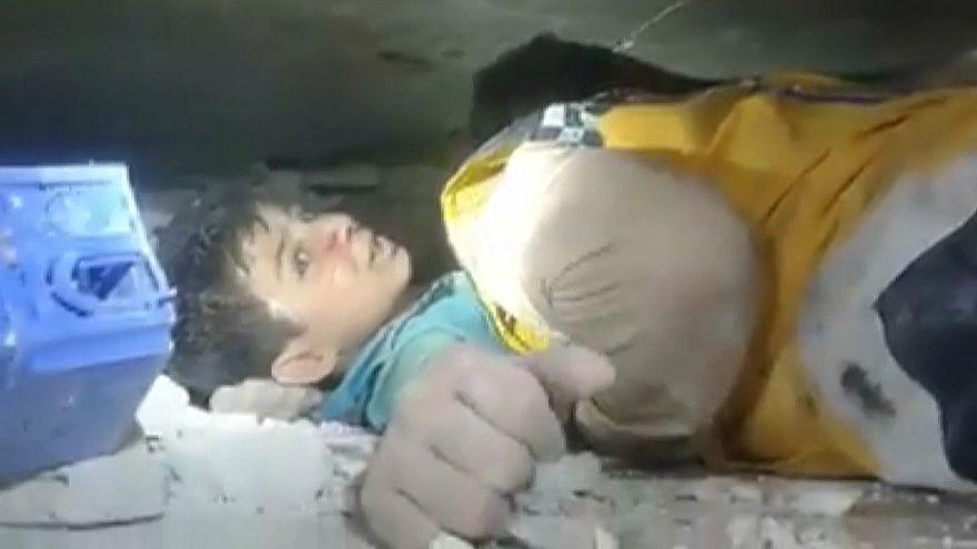 طفل عالق تحت أنقاض مبنى تهدم إثر الانفجار