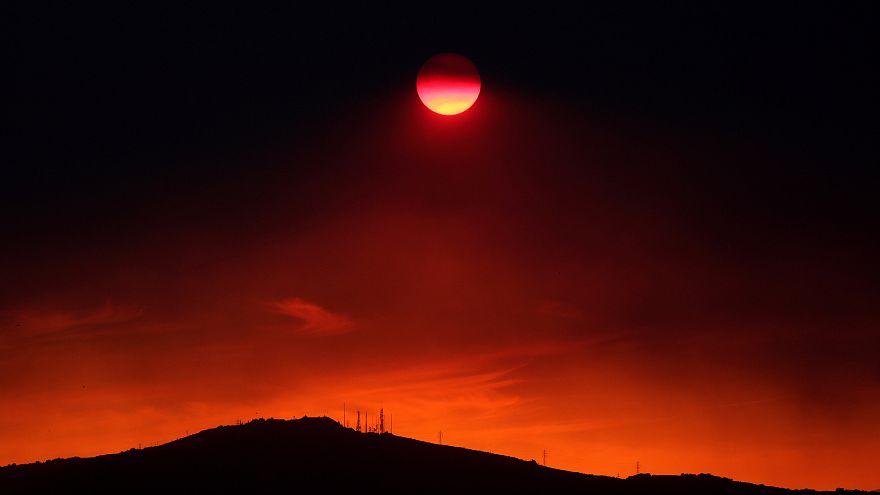 Durch Rauchschwaden verdunkelte Sonne