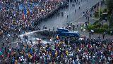 Bükreş meydanlarında hükümeti protesto eden göstericiler