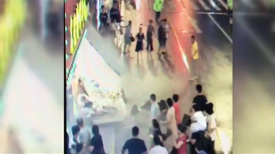 شاهد: لافتة متجر عملاقة تسقط فوق رؤوس المارة في الصين وتقتل ثلاثة أشخاص