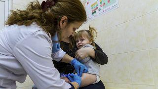 Kislány kanyaró elleni védőoltást kap az egyik háziorvosnál Ungváron